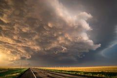 穿过在得克萨斯狭长的土地的Stormclouds路 免版税图库摄影