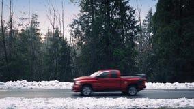 穿过在雪道的汽车森林 影视素材