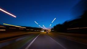 穿过夜城市,定期流逝驾驶 影视素材
