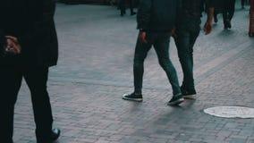 穿过大都会街道的人的不同的脚 人人群在事务去 影视素材