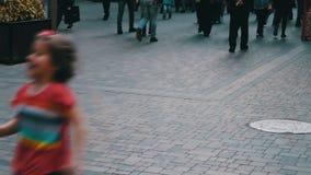 穿过大都会街道的人的不同的脚 人人群在事务去 股票视频