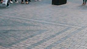 穿过大都会街道的人的不同的脚 人人群在事务去 股票录像