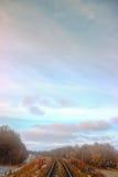穿过天空的铁路线 免版税图库摄影