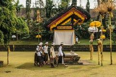 穿过寺庙地面的孩子在学校以后 库存图片