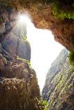 穿过岩石的太阳的光芒 免版税库存图片