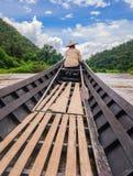 穿过有一条长尾巴小船的Pai河,泰国 库存照片