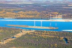 穿过森林河,顶视图的输电线 免版税库存图片