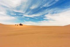 穿过沙漠的沙地汽车在Huacachina, Ica,秘鲁 图库摄影
