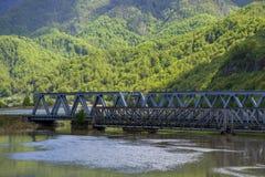 穿过河的一座老和新的桥梁 免版税库存图片