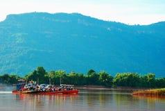 穿过河的载汽车轮船 免版税库存照片