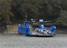 穿过河Fal的载汽车轮船 免版税库存图片