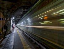 穿过火车站的高速夜车 免版税库存图片