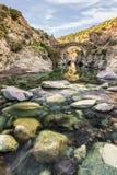 穿过热那亚人的桥梁的河在Asco在可西嘉岛 免版税库存图片