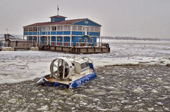 穿过的一条结冰的河气垫船。 免版税图库摄影