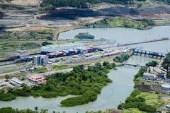 穿过米拉弗洛雷斯的货船在巴拿马运河锁 库存照片