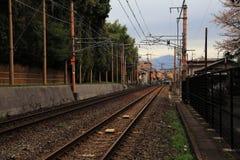 穿过老日本镇的路轨 库存图片