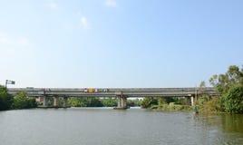 穿过芹苴市河的现代混凝土路桥梁 免版税库存图片