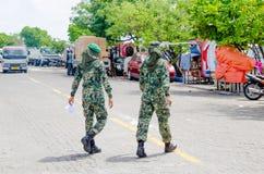 穿过街道的两名Maldivian军事妇女 图库摄影