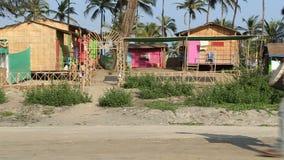 穿过街道的人在海滨别墅旁边在果阿 影视素材