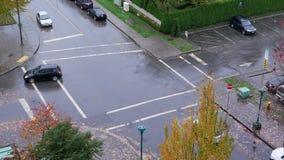 穿过街道的四种方式的运输流量和步行者鸟瞰图  股票视频