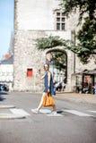 穿过街道的妇女在老城市 库存图片
