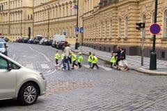 穿过街道的幼儿园孩子 免版税图库摄影