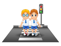 穿过街道的校服的动画片男小学生 向量例证