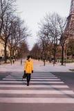 穿过街道的美丽的女孩在巴黎 库存照片