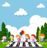 穿过街道的许多孩子 免版税库存图片