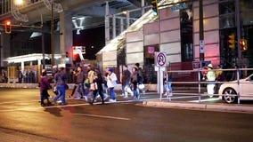 穿过街道的通勤者的人指挥交通采取公共汽车或skytrain 影视素材