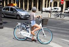 穿过街道的骑自行车者 免版税库存图片