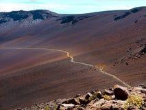 穿过谷的旅游足迹在Haleakala火山附近 免版税库存照片