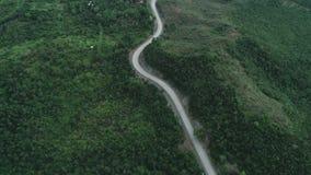 穿过豪华的绿叶和叶子热带雨林山风景的乡下路鸟瞰图 影视素材