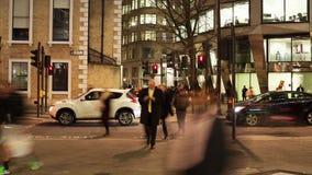 穿过路的步行者定期流逝在晚上 股票视频