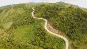 穿过青山的一个长和弯曲道路 Busuanga海岛 Coron 鸟瞰图 菲律宾 股票录像