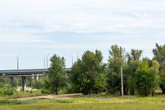 穿过领域的路桥梁 免版税库存照片
