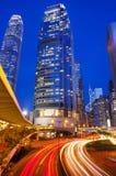 穿过香港的商业区的交通 库存图片