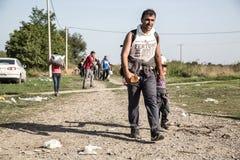 穿过从塞尔维亚的难民边界在Tovarnik 免版税库存照片