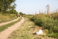 穿过从塞尔维亚的难民边界在Tovarnik 免版税图库摄影