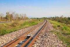穿过绿色植物的铁路线 旅途方式乘火车 库存照片