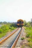 穿过绿色植物的铁路线 旅途方式乘火车 免版税库存照片
