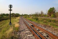 穿过绿色植物的铁路线 旅途方式乘火车 免版税库存图片