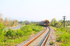 穿过绿色植物的铁路线 旅途方式乘火车 图库摄影