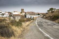 穿过Badenas村庄,特鲁埃尔省,阿拉贡,西班牙省的被铺的路  免版税图库摄影