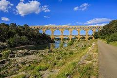 穿过Gardon河, Pont du加尔省,南法国,遗产站点,联合国科教文组织的罗马渡槽 免版税图库摄影