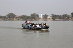 穿过Hoogly河的小船在加尔各答 免版税库存照片