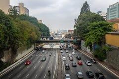 穿过Liberdade大道的大大道在Liberdade日本邻里-圣保罗,巴西 免版税库存照片