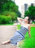 穿镶边的礼服的年轻美丽的时髦的女人 免版税库存照片