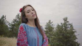 穿长的夏天时尚礼服的美丽的独立女孩看确信享受在的照相机立场 股票视频