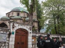 穿防弹夹克的波斯尼亚的警察小分队巡逻在其中一个萨拉热窝的市中心的清真寺前面 免版税图库摄影